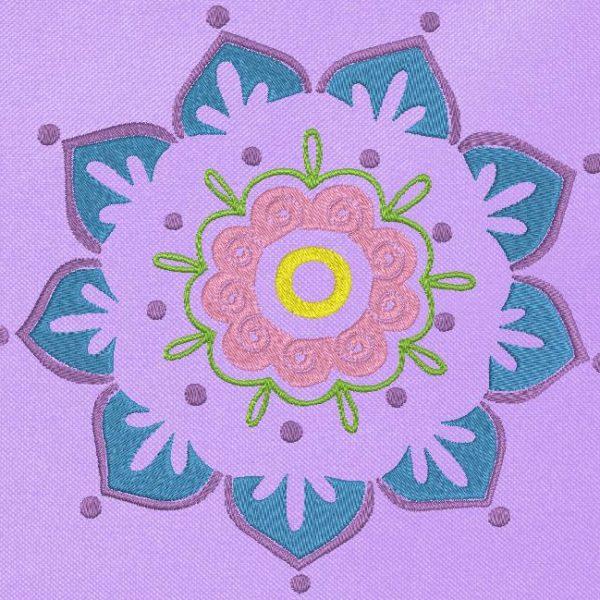 Motif de broderie machine d'une belle fleur mandala rose bleue et violette