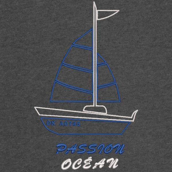Motif de broderie machine d'un très beau bateau à voile avec les écritures passion océan