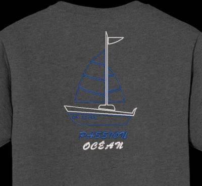 Motif de broderie machine d'un joli bateau à voile avec les écritures passion océan