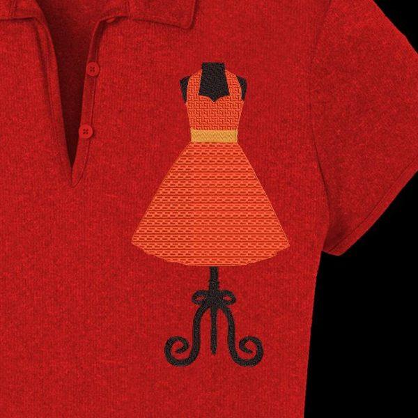 Motif de broderie machine d'une ancienne robe vintage des années 50 sur un grand buste de couture mannequin
