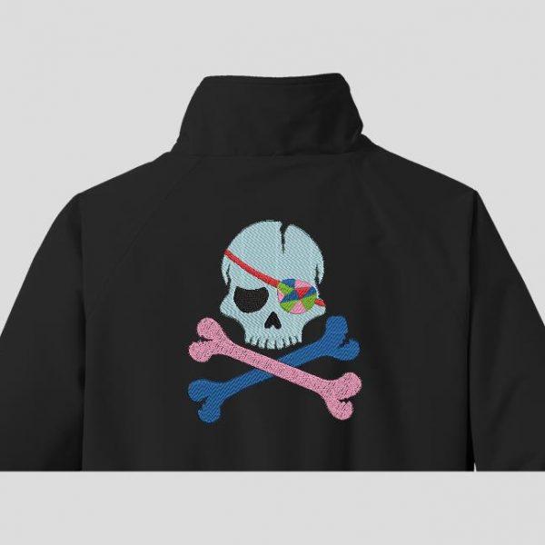 tête de mort pirate avec un cache œil multicolore motif de broderie machine