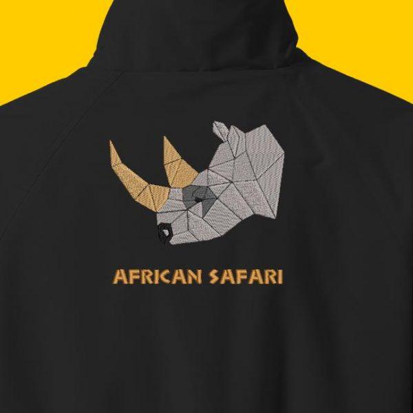 Motif de broderie machine d'une tête de rhinocéros avec le texte african safari