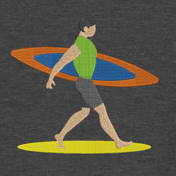 Motif de broderie machine d'un surfeur qui marche sur une plage de sable avec sa planche de surf