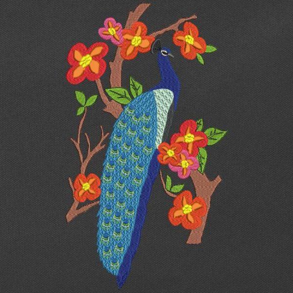 Motif de broderie machine d'un paon posé dans un arbre avec des fleurs et des feuilles colorées