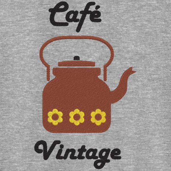 Motif de broderie machine d'une cafetière vintage.