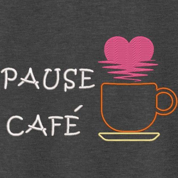 Motif de broderie machine pause café , qui représente une tasse de café posée sur une soucoupe