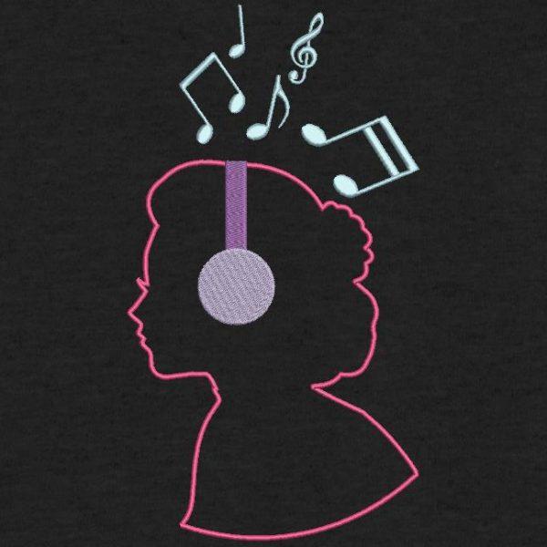 motif de broderie machine elle aime la musique. Qui représente une silhouette de femme avec un casque de musique. cadre: 10 x 10 /13 x 18 / 16 x 26 / 20 x 20 / 20 x 30 . Formats des fichiers dans votre téléchargement PES,CSD,EXP,HUS,SHV,VIP,XXX,DST,PCS,VP3,EMB,JEF…