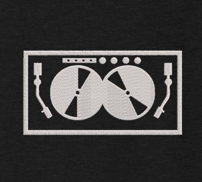 motif de broderie machine platines de disc jockey DJ. cadre:10 x 10 / 13 x 18 /16 x 26 / 20 x 20 / 20 x 30 . Formats des fichiers dans votre téléchargement PES,CSD,EXP,HUS,SHV,VIP,XXX,DST,PCS,VP3,EMB,JEF…