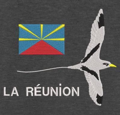 paille en queue et drapeau de la réunion. Le Phaethon est un genre d'oiseaux de mer de la famille des Phaethontidae, on peut le trouver sur l'ile de la Réunion par exemple. Il y a aussi le drapeau de l'île de la Réunion . Motif de broderie qui invite au voyage et à la découverte de cette belle île. cadre:10 x 10 / 13 x 18 /16 x 26 / 20 x 20 / 20 x 30 . Formats des fichiers dans votre téléchargement PES,CSD,EXP,HUS,SHV,VIP,XXX,DST,PCS,VP3,EMB,JEF…