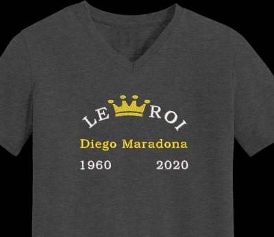 Motif de broderie machine le roi diego maradona. Diego Maradona, né le 30 octobre 1960 à Lanús et mort le 25 novembre 2020 à Tigre, est un footballeur international argentin devenu entraîneur. Il évoluait au poste de milieu offensif sous le maillot nᵒ 10. cadre:10 x 10 / 13 x 18 /16 x 26 / 20 x 20 / 20 x 30 . Formats des fichiers dans votre téléchargement PES,CSD,EXP,HUS,SHV,VIP,XXX,DST,PCS,VP3,EMB,JEF…