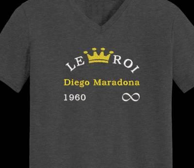 Motif de broderie machine maradona 1960 à l'infini. Diego Maradona, né le 30 octobre 1960 à Lanús et mort le 25 novembre 2020 à Tigre, est un footballeur international argentin devenu entraîneur. Il évoluait au poste de milieu offensif sous le maillot nᵒ 10. cadre:10 x 10 / 13 x 18 /16 x 26 / 20 x 20 / 20 x 30 . Formats des fichiers dans votre téléchargement PES,CSD,EXP,HUS,SHV,VIP,XXX,DST,PCS,VP3,EMB,JEF…