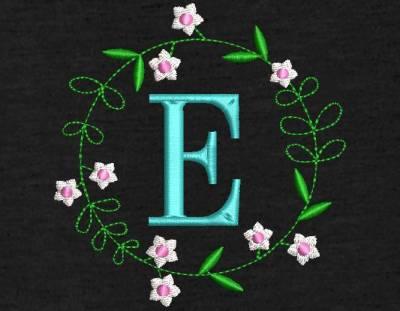 Motif de broderie machine couronne de fleurs monogramme E. Alphabet. cadre:   10 x 10 / 20 x 20 . Formats des fichiers dans votre téléchargement PES,CSD,EXP,HUS,SHV,VIP,XXX,DST,PCS,VP3,EMB,JEF… Téléchargement immédiat après votre paiement et aussi disponible dans votre compte.