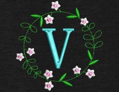 Motif de broderie machine couronne de fleurs monogramme V. Alphabet. cadre:   10 x 10 / 20 x 20 . Formats des fichiers dans votre téléchargement PES,CSD,EXP,HUS,SHV,VIP,XXX,DST,PCS,VP3,EMB,JEF… Téléchargement immédiat après votre paiement et aussi disponible dans votre compte.