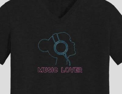 Motif de broderie machine music lover. Qui représente la silhouette de la tête d'une jeune fille avec un casque audio ,entrain d'écouter de la musique. cadre: 10 x 10 /13 x 18 / 16 x 26 / 20 x 20 / 20 x 30. Formats des fichiers dans votre téléchargement PES,CSD,EXP,HUS,SHV,VIP,XXX,DST,PCS,VP3,EMB,JEF… Téléchargement immédiat après votre paiement et aussi disponible dans votre compte.