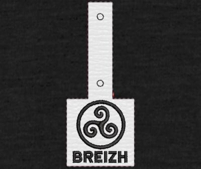 Motif de broderie machine Porte clé Triskell celtique breizh ITH.bretagne. Cadre: 10 x 10 . Formats des fichiers dans votre téléchargement PES,CSD,EXP,HUS,SHV,VIP,XXX,DST,PCS,VP3,EMB,JEF… Téléchargement immédiat après votre paiement et aussi disponible dans votre compte. Après avoir téléchargé le dossier vous devez le dézipper pour récupérer le fichier compatible avec votre machine. N'hésitez pas à nous demander le format de fichier de broderie compatible avec votre machine si il ne figure pas dans la liste ci dessus. Merci.