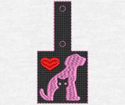 Motif de broderie machine porte clé amour chien chat ITH. Cadre: 10 x 10 . Formats des fichiers dans votre téléchargement PES,CSD,EXP,HUS,SHV,VIP,XXX,DST,PCS,VP3,EMB,JEF… Téléchargement immédiat après votre paiement et aussi disponible dans votre compte. Après avoir téléchargé le dossier vous devez le dézipper pour récupérer le fichier compatible avec votre machine. N'hésitez pas à nous demander le format de fichier de broderie compatible avec votre machine si il ne figure pas dans la liste ci dessus. Merci.